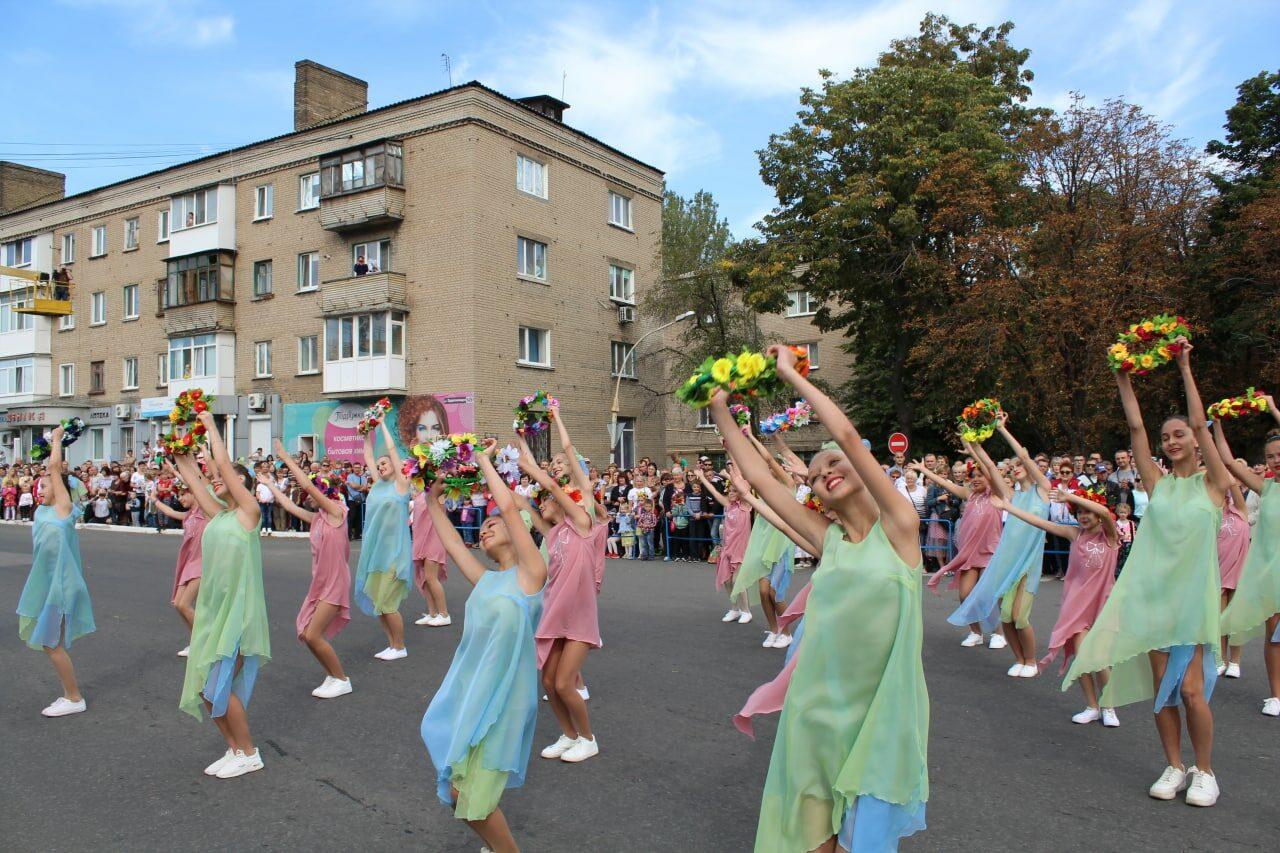 prazdnichnoe-shestvie-na-den-goroda-yasinovataya-2021-10