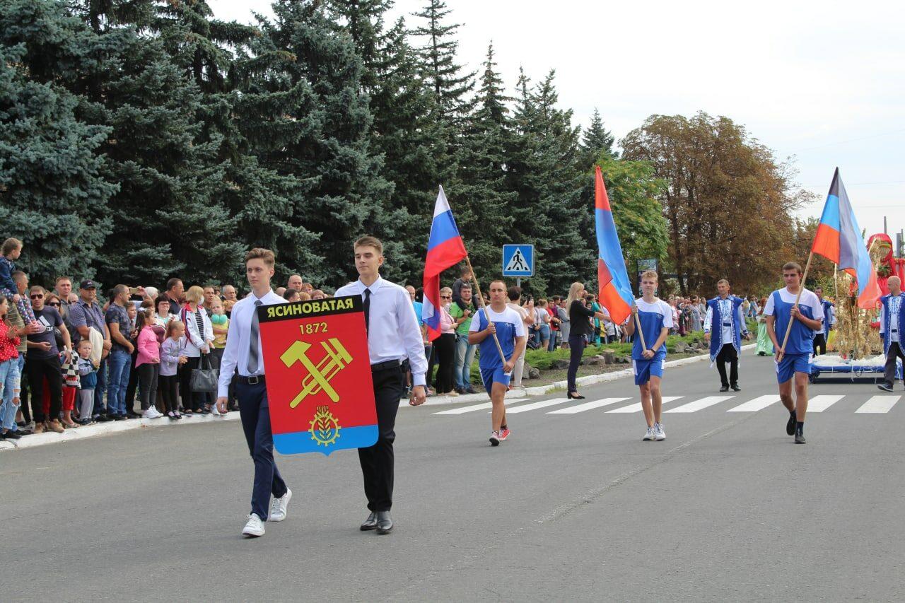 prazdnichnoe-shestvie-na-den-goroda-yasinovataya-2021-5